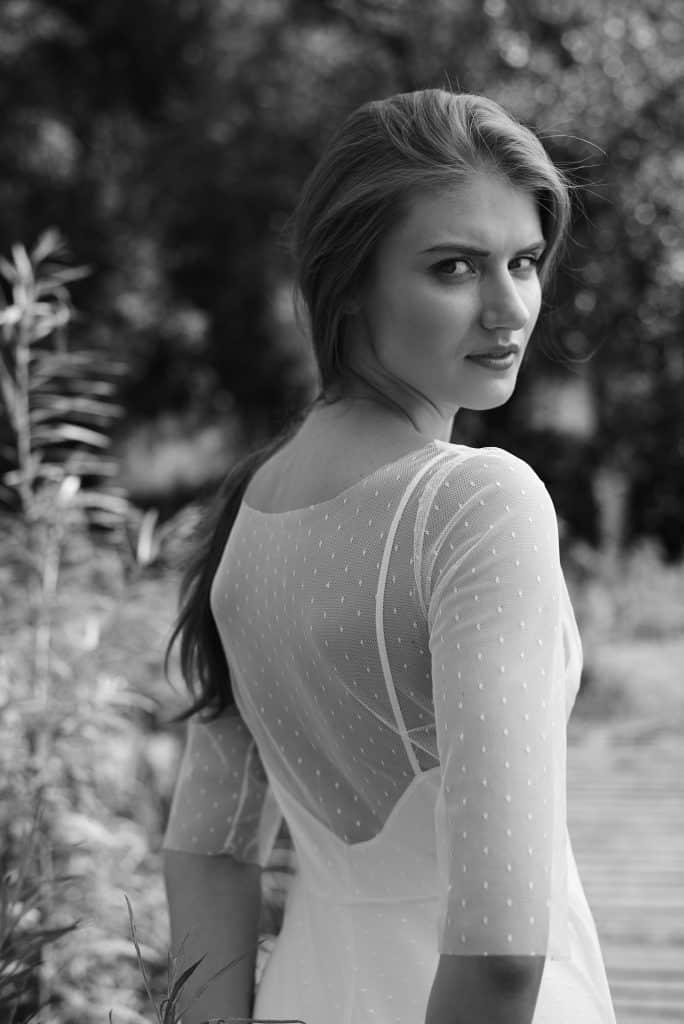 sukienka ślubna z odkrytymi plecami zakryta delikatnym tiulem